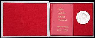 ГДР. «Вильгельм Пик». Лот из медали и брошюры. Металл белого цвета. Диаметр 40 мм. В оригинальной коробке