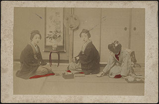 Япония. Фотография девушек за чайной церемонией