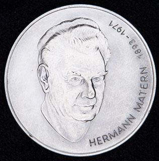 ГДР. «Герман Матерн». Металл белого цвета. Диаметр 60,4 мм.
