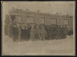 Групповая фотография военных около санитарного поезда