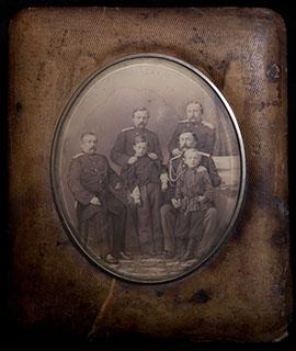 Групповая фотография военных с детьми в оригинальной раме