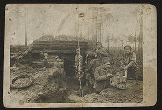 Групповая фотография военных около землянки. Почтовая карточка