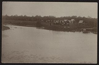 Групповая фотография на берегу. Почтовая карточка