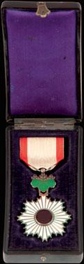 <i>Япония.</i> Знак ордена Восходящего Солнца VI степени