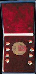 Коллекция из 8 значков и памятной медали участника делегации Советских спортсменов на XIII Зимних Олимпийских играх в Лейк-Плэсиде
