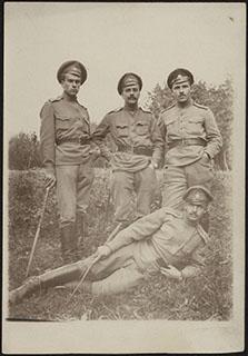 Фотография начальника конной разведки 438-го Охтинского полка Глушкова Н. с сослуживцами. Почтовая карточка