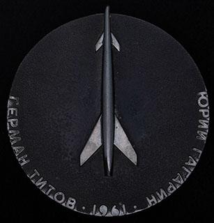 «Герман Титов - Юрий Гагарин». Металл белого цвета, лак. Диаметр 70 мм.