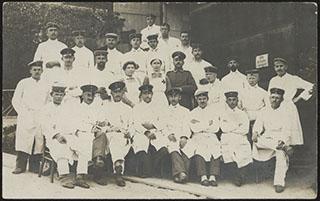 Групповая фотография работников Красного креста. Почтовая карточка