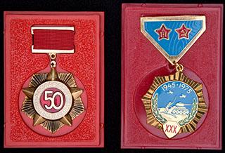 Лот из знаков СССР и Монголии: «ДОСААФ СССР - 50 лет», «30 лет Победы над милитаристской Японией». Алюминий, эмаль; металл желтого цвета, эмаль. В оригинальных коробках