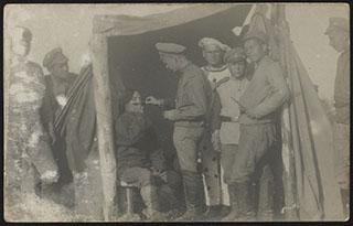 Приготовление к солдатскому спектаклю. Почтовая карточка