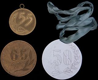 Лот из юбилейных медалей. 2 шт. Металл белого цвета, металл желтого цвета. Диаметры 10 см и 66 мм.